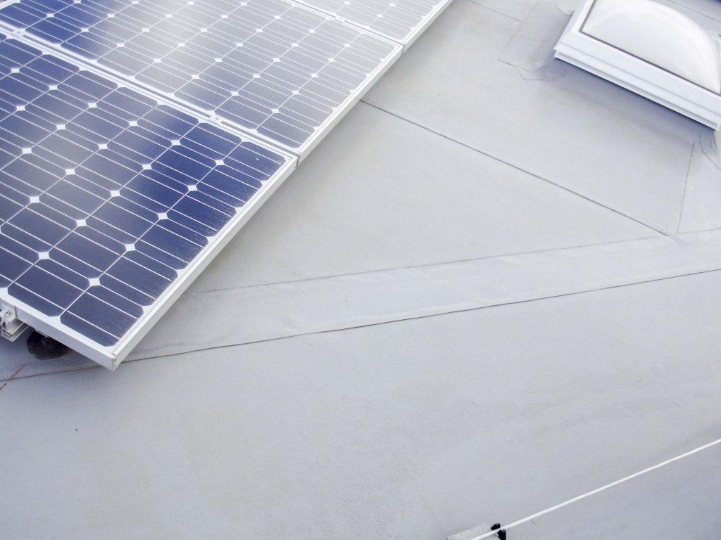 Photovoltaik-Anlagen auf einer SCHEDETAL-Dachabdichtung.