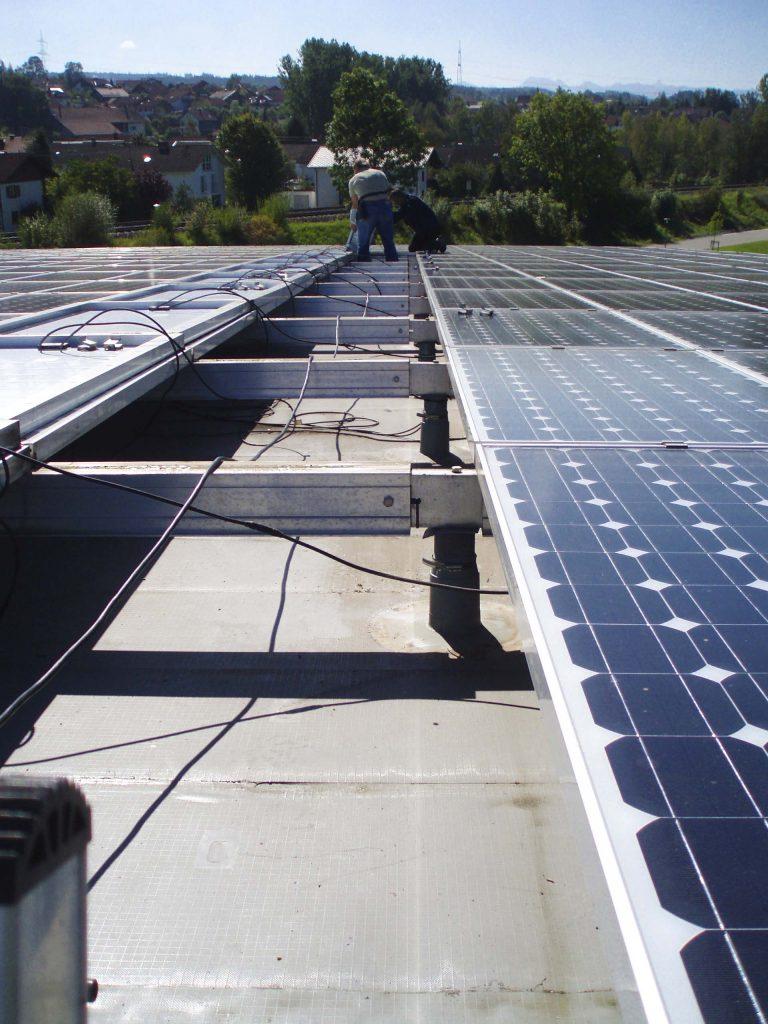 Installation eines Energiedaches.